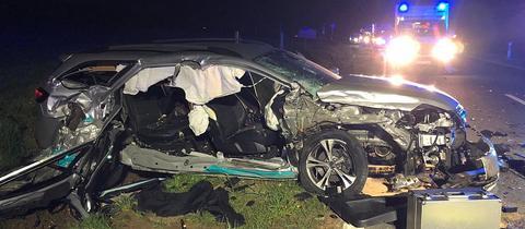Zwei Menschen konnten sich eigenständig aus dem Unfallfahrzeug befreien.
