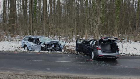 Unfallfahrzeuge am Straßenrand.