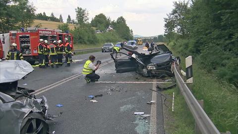 In dem schwarzen Wagen starben drei Menschen, zwei wurden schwer verletzt.