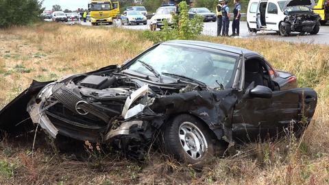 Der Sportwagen nach dem Unfall auf der A67