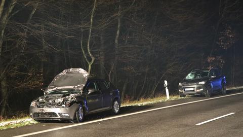 Zwei beschädigte Wagen stehen bei Groß-Gerau am Straßenrand, eine Polizistin wurde bei der Unfallaufnahme von einem Auto erfasst und starb im Krankenhaus.