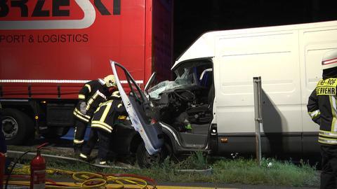 """Unfallstelle auf dem Parkplatz """"Frohnkreuz"""" - ein Sprinter fuhr auf einen abgestellten Lkw auf."""