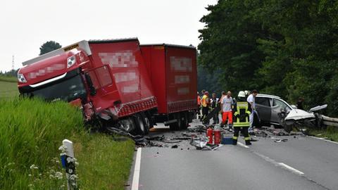 Einsatzkräfte am Unfallort auf der B426