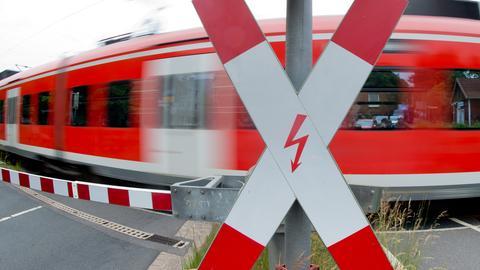 S-Bahn passiert Bahnübergang