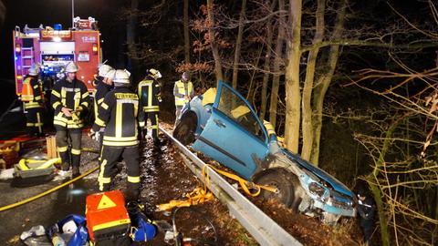Autowrack und Einsatzkräfte an der Unfallstelle
