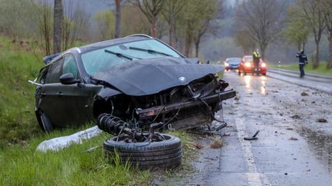 Beschädigtes Auto neben der Fahrbahn.