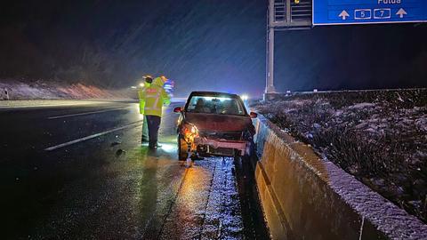 Ein Auto prallte auf der A7 in die Mittelleitplanke.