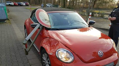 Eisenchranke mit Schild steckt in VW Beetle