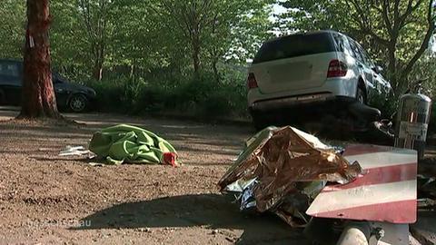 Geländewagen demoliert vor Hecke
