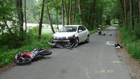 Die Unfallstelle mit den beteiligten Fahrzeugen