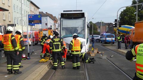 Verschiedene Feuerwehrleute an der Straßenbahnhaltestelle in Kassel, wo die Frau eingeklemmt wurde