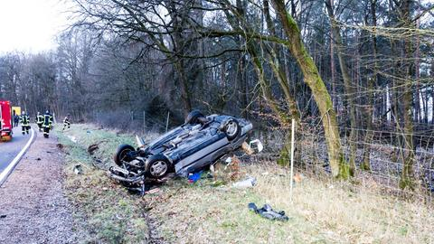 Das Auto landete bei dem Alleinunfall nahe Taunusstein auf dem Dach.