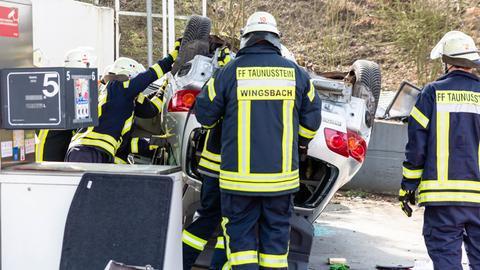 Die Feuerwehr musste die eingeklemmte Frau befreien.