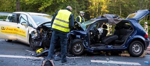 Auto kollidiert mit Taxi - vier Schwerverletzte | hessenschau.de ...