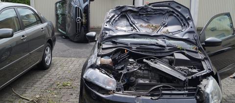 Zwei stark beschädigte Autos nach einem Unfall in Vellmar