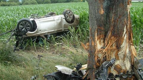 Das am Baum zerschellte Auto
