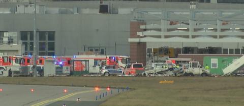 Rettungswagen nach dem Unfall auf dem Vorfeld des Frankfurter Flughafens.