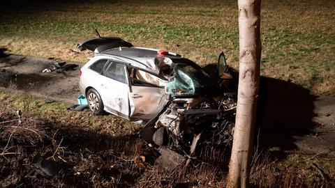 Der Autofahrer prallte gegen einen Baum und konnte nur noch tot aus dem Wagen geborgen werden.