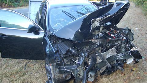 Schwer beschädigtes Auto auf B456 bei Weilburg