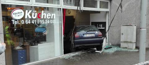 Küchengeschäft  26-Jährige fährt in Wetzlar in Schaufenster | hessenschau.de ...
