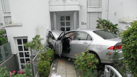 Der Wagen kam erst an einer Hauswand zum Stehen