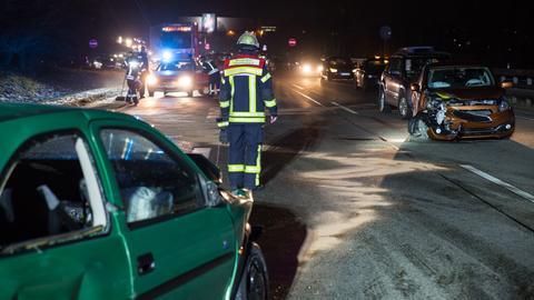 Mehrere Autos fuhren bei einem Unfall auf der A66 bei Wiesbaden ineinander