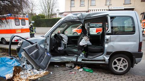 Zerstörte Fahrerseite des Pkw
