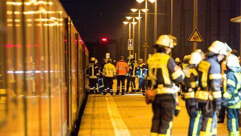 Rettungskräfte arbeiten an der Unfallstelle