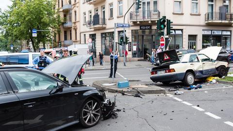 Das Taxi wurde auf die Verkehrsinsel geschleudert.