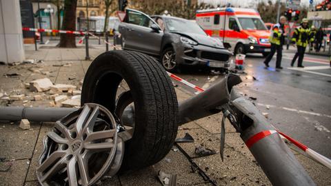 Verwüstete Unfallstelle in Wiesbaden