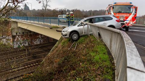 Das Auto drohte auf die Bahngleise zu stürzen.