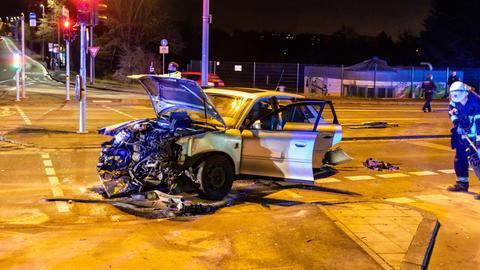Ein völlig demoliertes Auto steht auf einer Kreuzung in der Innenstadt