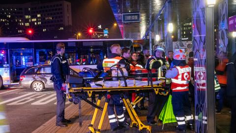 Helfer beim Abtransport eines Schwerverletzten.