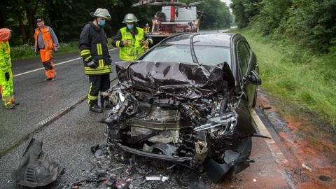 Der Pkw stieß frontal mit einem Kleintransporter zusammen.