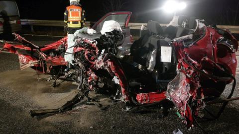 Eines der Unfallfahrzeuge nach dem Zusammenstoß