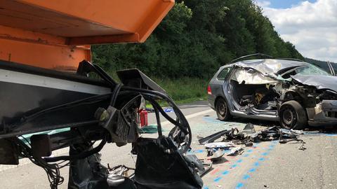 In diesem Auto starben zwei Menschen, als der Wagen gegen einen Lastwagen prallte.