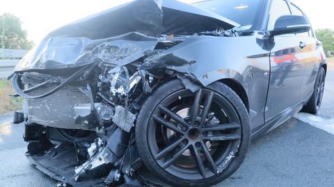 Der Fahrer dieses Autos verletzte sich bei dem Unfall auf der A5 schwer.