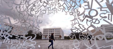 Eine Studentin läuft über den Campus der Goethe-Universität Frankfurt