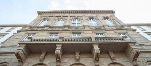 Der Hauptgebäude der Universität Gießen, von unten nach oben fotografiert