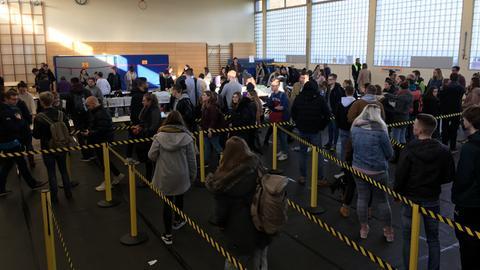 Blick in die Menschenmenge in der Turnhalle der Uni Gießen.