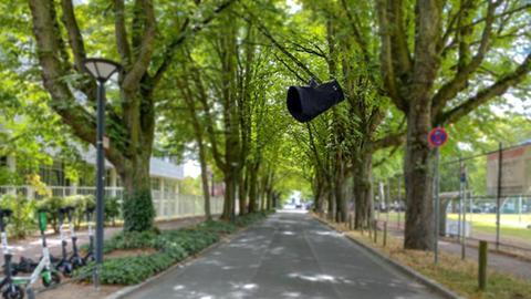 Unterhose fliegt durch Luft