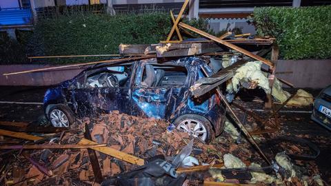 Ein schwer beschädigtes Auto steht in einem Wohngebiet in Rödermark.