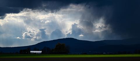 Eine Wolkenfront zieht hinter Bad Homburg über den Taunus hinweg.