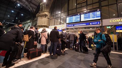 Vor dem Service-Point der Deutschen Bahn bildeten sich wegen den Zugausfällen lange Schlangen.