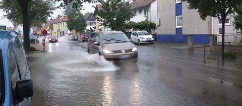 Überflutete Straße im Kreis Bergstraße