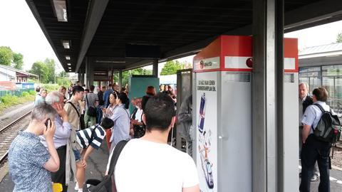 Berufspendler und Reisende warten am Idsteiner Bahnhof im Taunus am Dienstagmorgen vergeblich auf einen Zug. Auch der Busverkehr nach Wiesbaden war am Vormittag eingestellt.