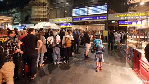 Schlangen im Frankfurter Hauptbahnhof
