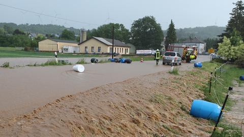 Starkregen verwandelt Straßen in reißende Flüsse.