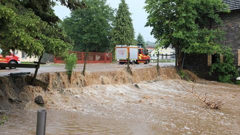 Starkregen verwandelt Straßen in reißende Flüsse