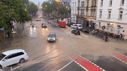 Überflutete Kreuzung im Frankfurter Nordend